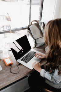 kobieta siedzi przy laptopie