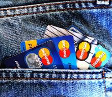 karty kredytowe w kieszeni dżinsów
